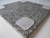 イメージ:墓石専用免震パット「絆」の施工